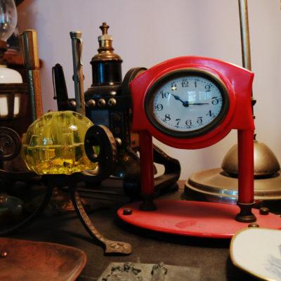 dettaglio di scrivania con orologio in bachelite