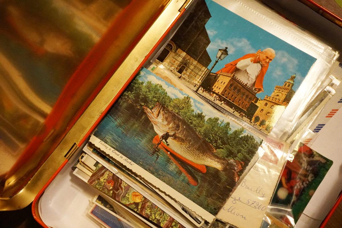 Scatola di cartoline vecchie
